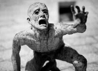 Detalle una víctima judia, en el Monumento al Holocausto de Miami. Obra de Kenneth Treister.