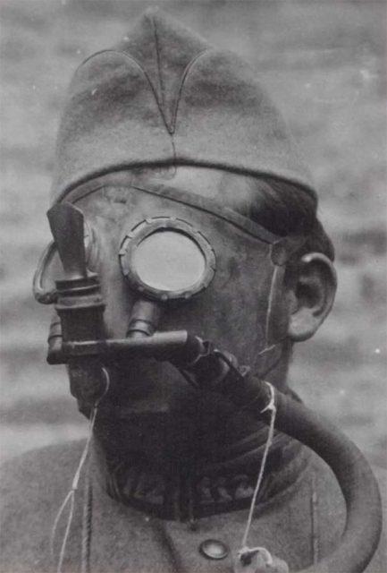 Máscara antigás con filtros, inventada por Haldane.