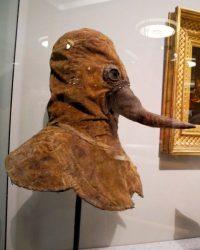 Máscara del siglo XVII empleada por médicos para tratar la peste bubónica.