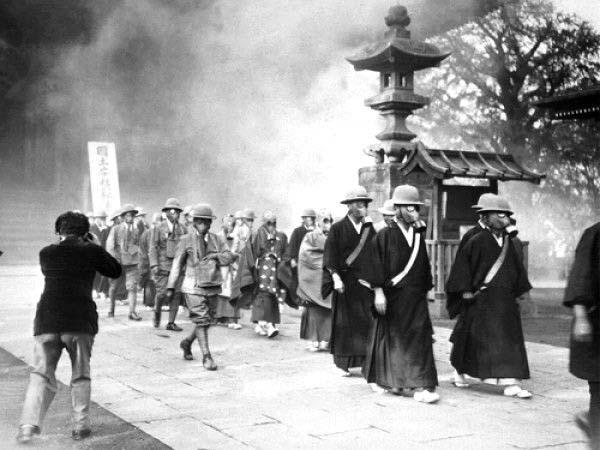 Habitantes de las Islas Izu con sus máscaras de gas.