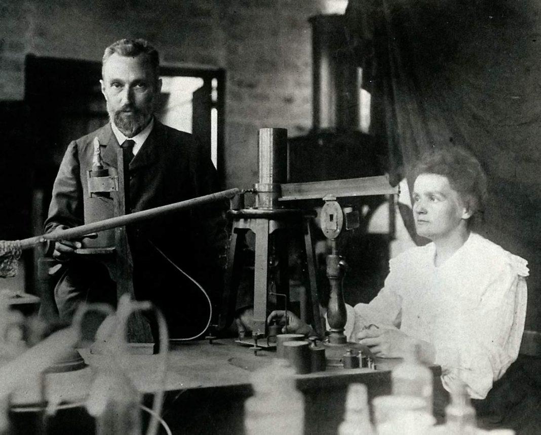 Pierre y Marie Curie trabajando en su laboratorio (Fuente: hp.uif.cas.cz)