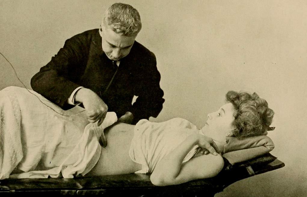 Un médico efectuando un masaje pélvico, durante la Época Victoriana