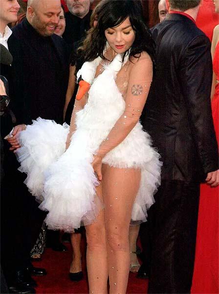 Björk con su vestido de cisne