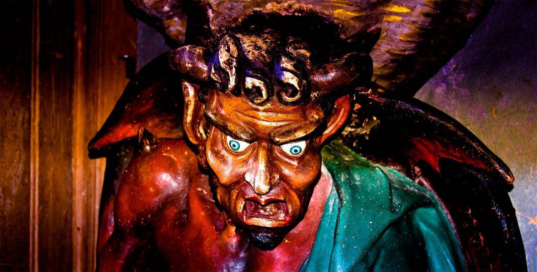 Escultura del demonio Asmodeo, en la iglesia de Rennes le Château.