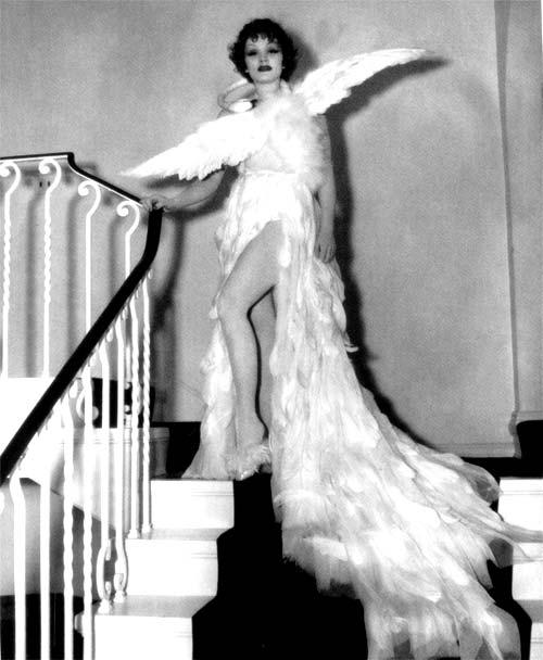 La diva Marlene Dietrich con un vestido de cisne