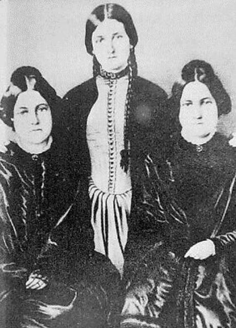 Las hermanas Fox, famosas por sus espectaculares sesiones en las que se comunicaban con los muertos.
