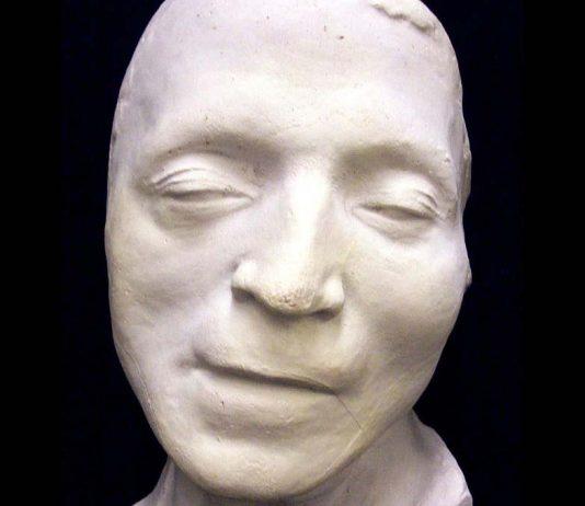 Detalle de la máscara mortuoria de Marat, hecha en cera.