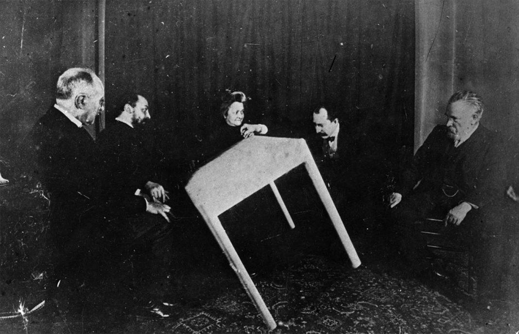 Sesión de Espiritismo (alrededor del 1900). A veces durante estas sesiones se producían movimientos de muebles supuestamente producidos por esíritus.