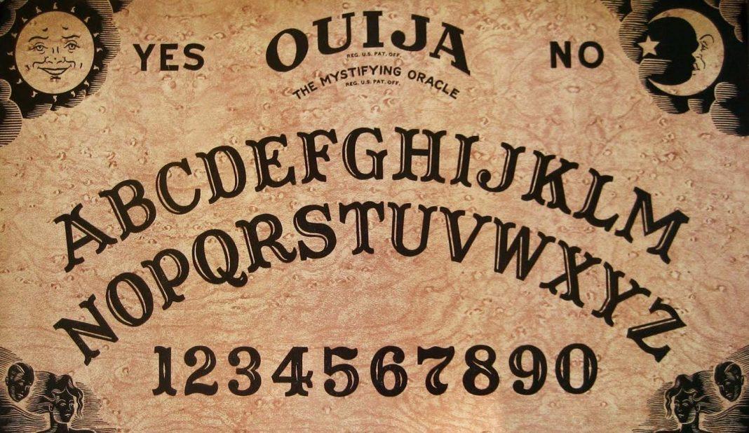 Uno de los primeros diseños del tablero de la Ouija.