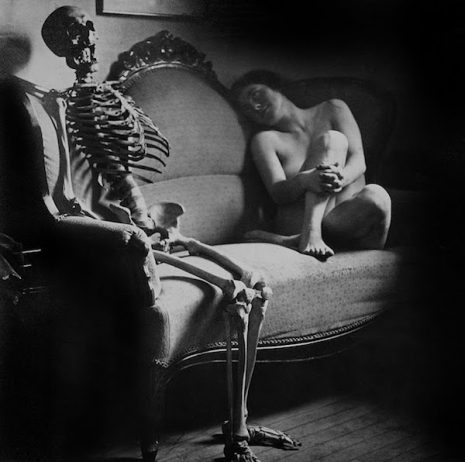 Foto erótica antigua de mujer con esqueleto 06